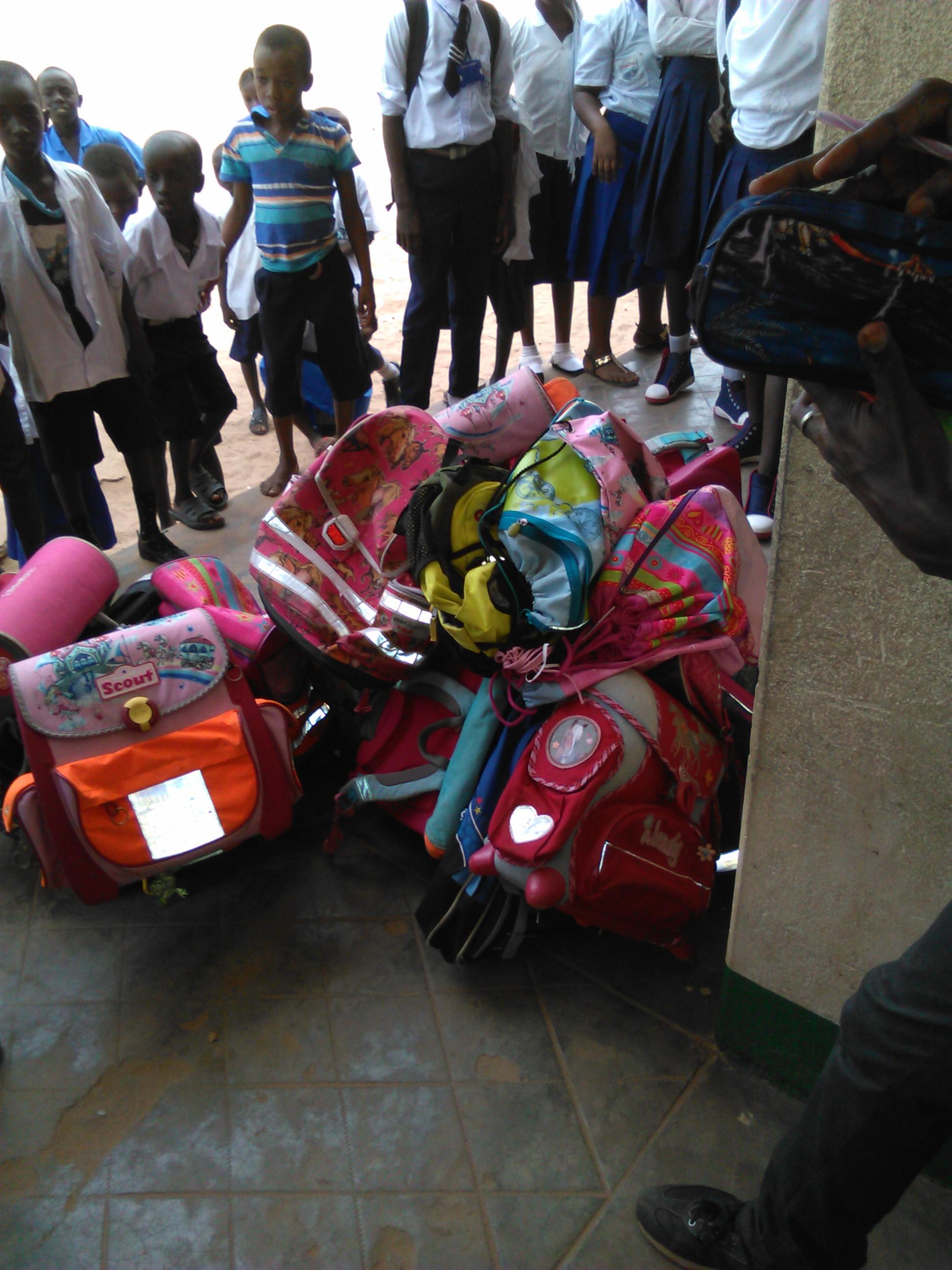 Die Schulranzen werden verteilt