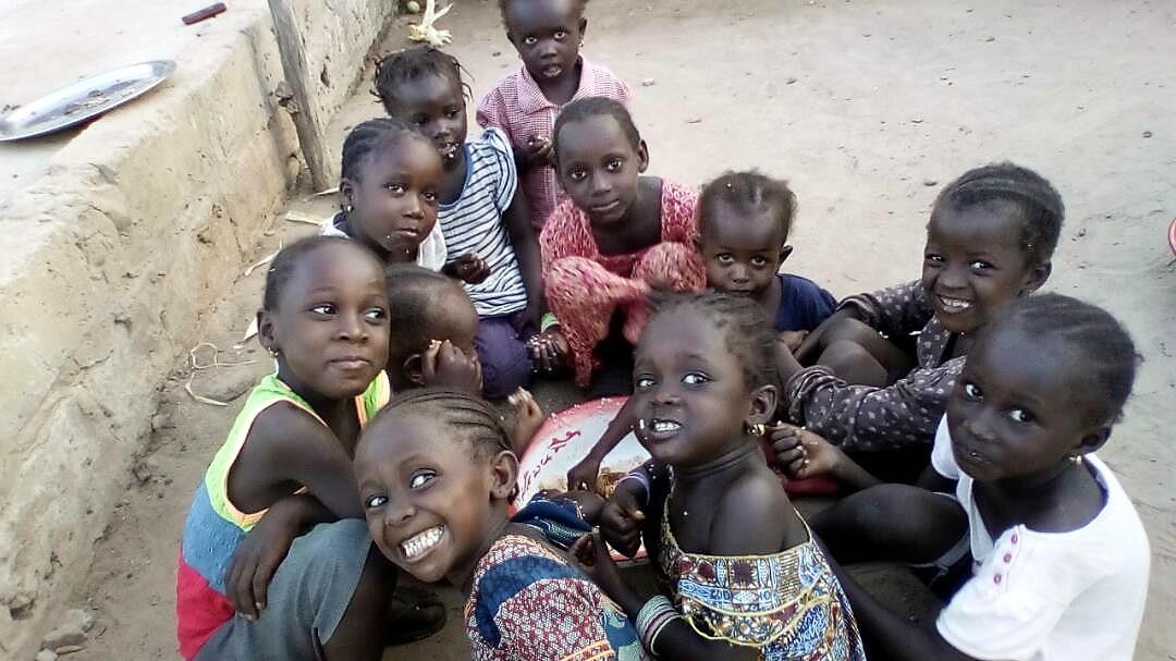 Hungernde Kinder bekommen nun regelmäßig Essen